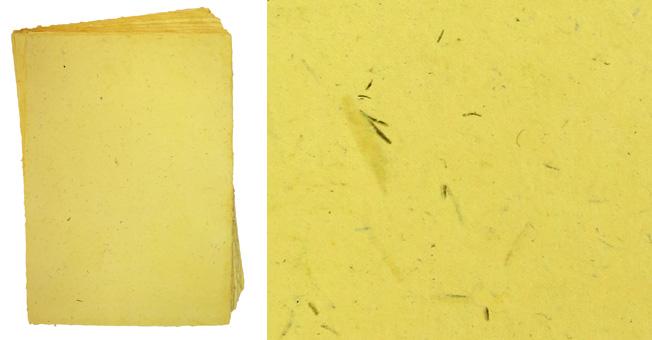 Handgeschöpftes Büttenpapier, A4, gelblich mit Pflanzenfaser-Einschlüssen
